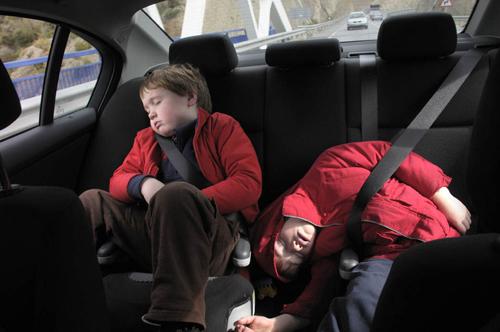 Để trẻ em một mình trong ôtô là tội ác