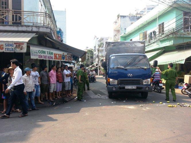 Xe tải chở nhớt tông chết 2 người trong hẻm